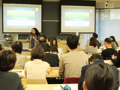 """Celebración de la conferencia """"Viviendo en un Japón exótico, mi familia y yo mismo""""."""